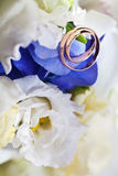 Wedding bouquet and gold rings Royalty Free Stock Photography