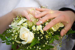 Wedding bouquet and hands of cuple Royalty Free Stock Photos
