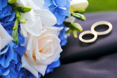 Wedding bouquet with rings Royalty Free Stock Photography