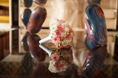 Wedding bouquet of roses on the luxury mirror table Royalty Free Stock Photos