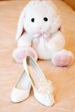 Wedding bridal ботинки и зайчик игрушки плюша бело Стоковая Фотография