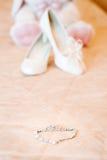 Wedding bridal ботинки и зайчик игрушки плюша бело Стоковое Изображение