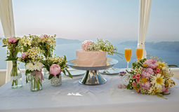 Wedding cake and bouquets of flowers Royalty Free Stock Photos