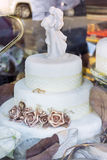 Wedding cake with golden roses Royalty Free Stock Photography