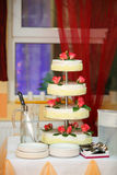Wedding cake with red roses Royalty Free Stock Photography