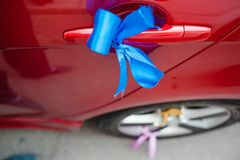 Wedding car decoration. blue ribbon Royalty Free Stock Photos