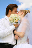 Wedding couple with bouquet Royalty Free Stock Photography