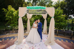 Wedding couple holding gifts Royalty Free Stock Photography
