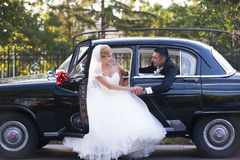 Wedding couple with a vintage car Stock Photography