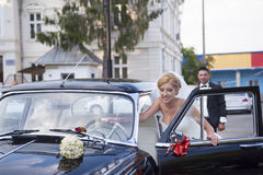 Wedding couple with a vintage car Royalty Free Stock Images