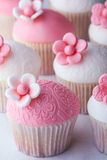 Wedding cupcakes. Cupcakes decorated with embosssed fondant and sugar flowers Stock Images