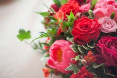 Wedding decor. Red Flowers in the restaurant, table setting Stock Photography