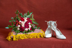 Wedding details. Bride bouquet and shoes Royalty Free Stock Photos