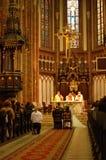 Wedding em uma igreja cristã imagem de stock