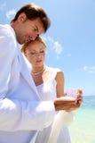 Wedding em uma praia arenosa branca imagens de stock royalty free