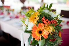 Wedding flowers - tables set for wedding Royalty Free Stock Photos