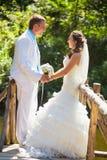 Wedding - glückliche Paarholding durch Hände lizenzfreie stockfotografie