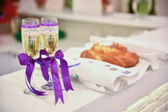 Wedding glasses with sparkling wine and purple ribbons Royalty Free Stock Photos