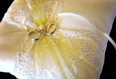 Wedding golden rings Royalty Free Stock Images