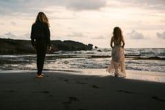 Wedding lovestory, как раз пожененная пара около океана на заходе солнца Стоковые Фото