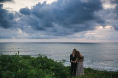 Wedding lovestory, как раз пожененная пара около океана на заходе солнца Стоковое фото RF