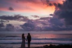 Wedding lovestory, как раз пожененная пара около океана на заходе солнца Стоковая Фотография RF