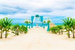 Wedding na praia Arco do casamento decorado com flores fotos de stock