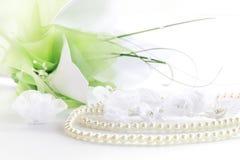 Wedding noch das Leben mit Halskette und Blumenstrauß Lizenzfreies Stockfoto