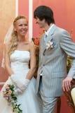Wedding, noivo e noiva olham uns contra os outros fotografia de stock royalty free