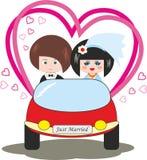 Wedding - nouveaux mariés sur le véhicule de mariage Photos libres de droits