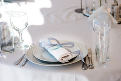 Wedding oformlenie, Cutlery in napkin with ribbon Royalty Free Stock Images