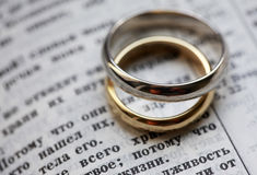 Wedding rings. And the bible in Russian Royalty Free Stock Images