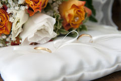 Wedding rings. With bride bouquet Stock Images