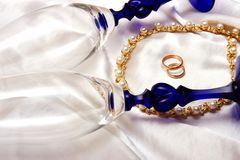 Wedding rings. And champagne glasses Royalty Free Stock Photography