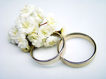Wedding Rings. And white flowers Royalty Free Stock Photography