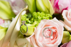 Wedding rings and beautiful flowers. Royalty Free Stock Photos