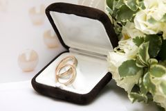Wedding rings and bouquet Royalty Free Stock Images
