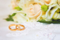 Wedding rings with bouquet Royalty Free Stock Photography