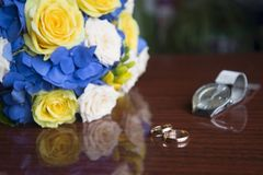 wedding rings and bridal bouquet stock photos