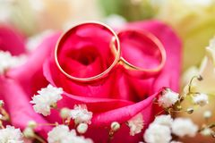 Wedding rings on bridal bouquet Stock Photography