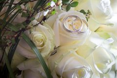 Wedding rings on bridal bouquet Royalty Free Stock Photos
