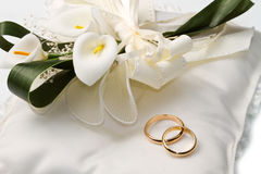 Wedding rings with calla Royalty Free Stock Image