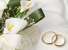Wedding rings with calla bouquet Stock Images