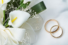 Wedding rings with calla bouquet Royalty Free Stock Photos