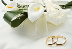 Wedding rings with calla bouquet Royalty Free Stock Images