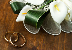 Wedding rings with calla bouquet Royalty Free Stock Photo
