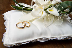 Wedding rings with calla bouquet Stock Photo
