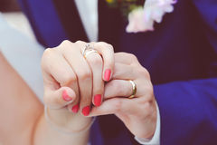 Wedding rings on fingers Royalty Free Stock Images