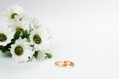 Wedding rings and flowers royalty free stock photography