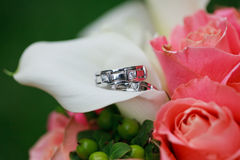 Wedding rings on the flowers Stock Photography